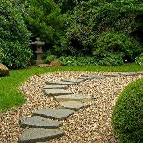 Комбинированная дорожка в глубине сада