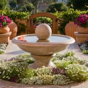 Фонтан в саду регулярного стиля