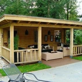 Деревянная баня с террасой для отдыха