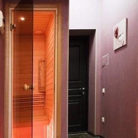 Открытая дверь из коридора в сауну