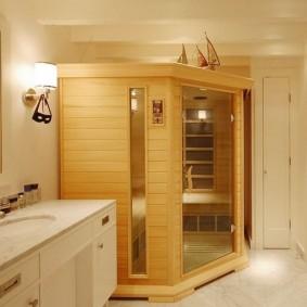 Деревянная кабинка малогабаритной сауны