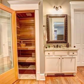 Прямоугольное зеркало на стене ванной комнаты