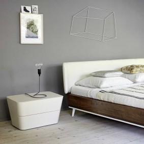 Серая стена в спальня минималистического стиля