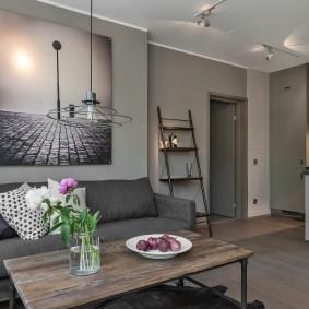 Черно-белое фото на серой стене