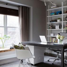 Рабочий стол в сером кабинете