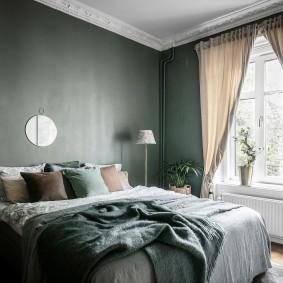 Бежевые шторы в спальне квартиры