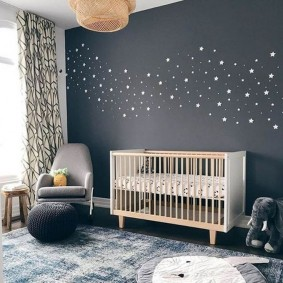 Детская кроватка у серой стены