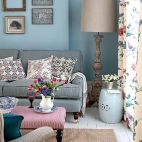 Серый диван в гостиной прованского стиля