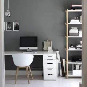 Рабочий стол в серой комнате
