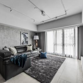 Кожаный диван в серой гостиной