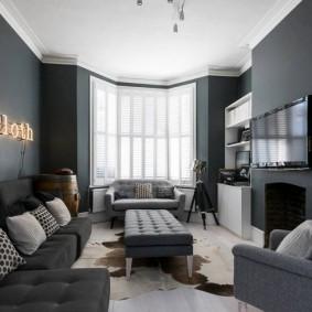 Небольшая гостиная с серыми обоями
