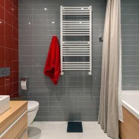 Красное полотенце на серой стене