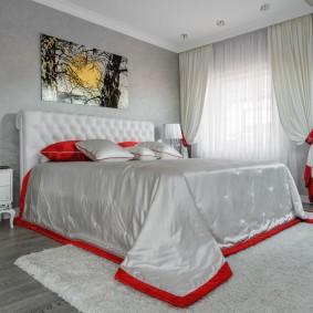 Красная окантовка на одеяле в спальне