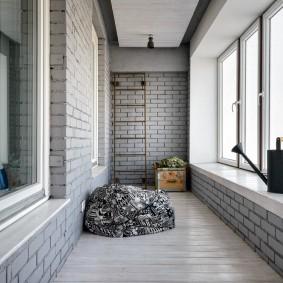 Серые оттенки в интерьере балкона