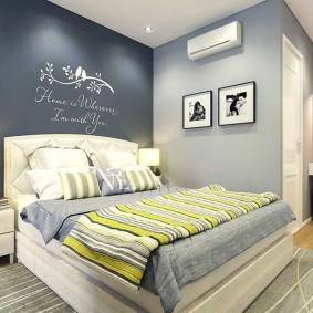 Серый коврик в интерьере спального помещения