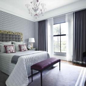 Серые обои на стене спальной комнаты