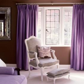 Фиолетовые шторы в красивой гостиной