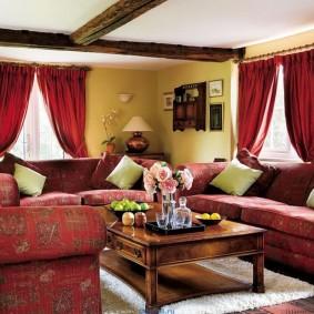 Красные занавески в гостиной с диванами