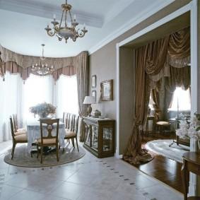 Декор шторами дверного проема в гостиной