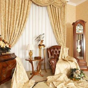 Кожаное кресло перед окном гостиной