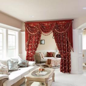 Дорогие шторы на двери в белой гостиной