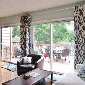 Шторы из легкой ткани на панорамном окне