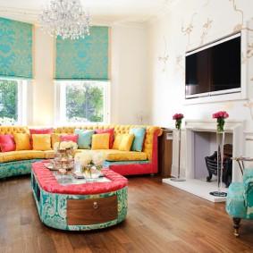 Рулонный шторы в ярком интерьере гостиной
