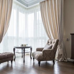 Эркер гостиной комнаты с тюлевой гардиной