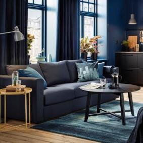 Раскладной диван в зале с синими занвесками