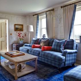 Клетчатая обивка дивана в гостиной