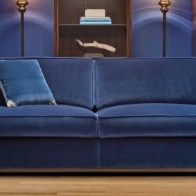 Синий диван с тканевой обивкой