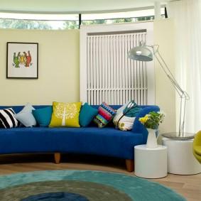 Дугообразный диван синего тона