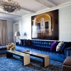 Синий ковер в современной гостиной