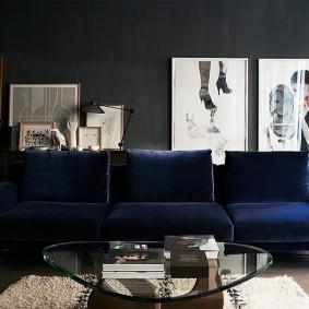 Синий диван в темном интерьере
