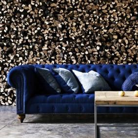 Классический диван на фоне фотообоев с дровами