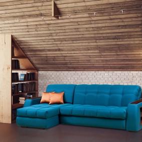 Угловой диван в мансарде частного дома