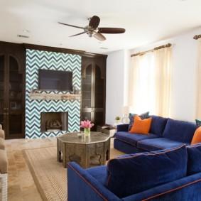Синяя мебель в гостиной городской квартиры