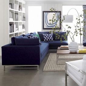 Серый пол гостиной с синем диваном
