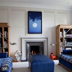 Синяя картина над камином в гостиной