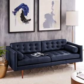 Деревянные ножки у синего дивана