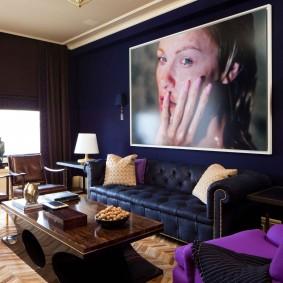 Большой портрет над диваном в зале