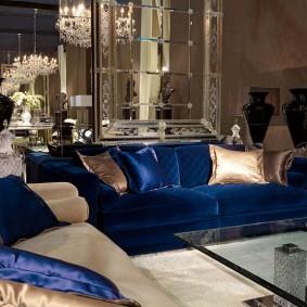 Зеркальное панно над шикарным диваном