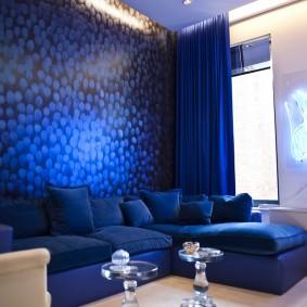 Синие обои в жилой комнате
