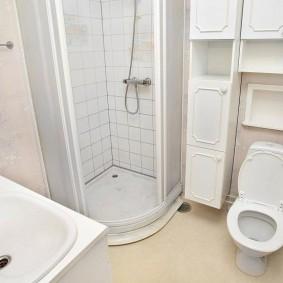 Угловая кабина в маленькой ванной