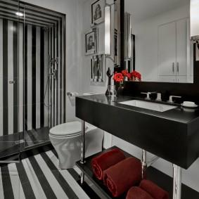 Полосатый пол в ванной совмещенной планировки