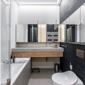 Узкая ванна с зеркалом на стене