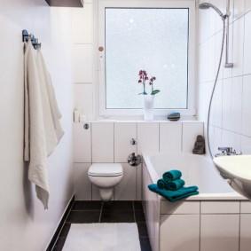 Светлая ванная с подвесным унитазом