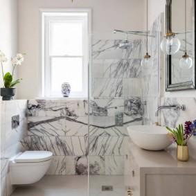 Мраморная плитка в отделке ванной комнаты