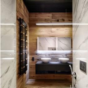 Черный потолок в узкой ванной