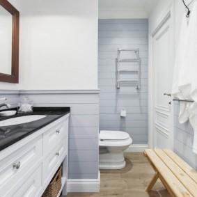 Деревянная лавка в небольшой ванной